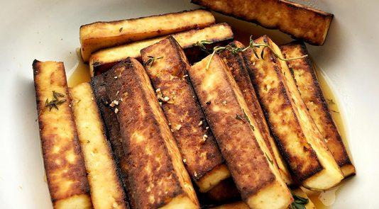 Tofu Marinado en salsa de naranjas y hierbas frescas