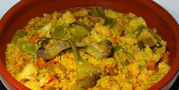 Cazuela de pollo con arroz, tomate y jamón