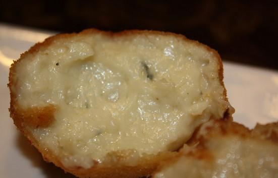 Bombas de papa y queso azul